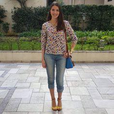 @lookbyus calça jeans look casual sandália amarela sapato amarelo camisa colorida
