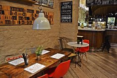 Aunque toda la oferta gastronómica del Mercer es de primer nivel, hay una propuesta reciente que merece una atención especial. Se trata delvermutque ofrece el gastrobarLe Bouchon, uno de los más apetecibles de toda la ciudad. Además del consabido licor, este tradicional aperitivo se sirve acompañado de las tapas más tradicionales: patatas bravas, croquetas de jamón ibérico, calamares a la romana y sardinillas en aceite de oliva. El vermut de Le Bouchon se sirve solo losdomingos, de 12 a…