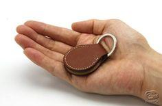 電子マネーの時代に 上質な革製キーホルダに硬貨を2枚の収納機能を
