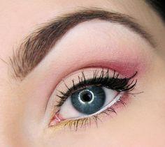 maquillage yeux bleus eye-liner et mascara en noir