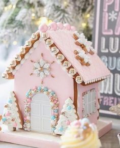 Trendy Ideas For Cookies Christmas House Ginger Bread Cool Gingerbread Houses, Gingerbread House Designs, Gingerbread House Parties, Christmas Gingerbread House, Gingerbread House Decorating Ideas, Pink Christmas Decorations, Christmas Sweets, Christmas Goodies, Christmas Baking