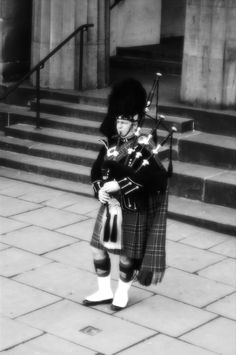 play the bagpipe