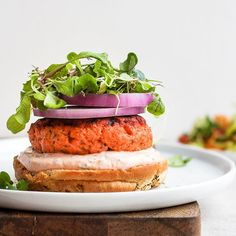 Meet the burgers of your dreams! These Lemon Dill Salmon Burgers with a sriracha aioli are savory, delicious and packed with protein and healthy omega Jazz up a weeknight dinner or wow your dinner guests tonight. Salmon Burger Toppings, Healthy Salmon Burgers, Grilled Salmon, Clean Recipes, Healthy Recipes, Keto Recipes, Lemon Dill Salmon, Fitness Meal Prep, Avocado