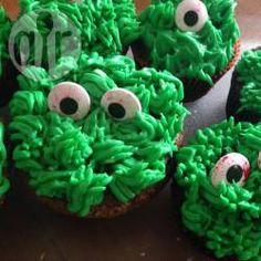 Die gruseligen Grünen Monster Muffins für Halloween sind schnell verziert. Man braucht eine Grastülle und Zuckeraugen @ de.allrecipes.com