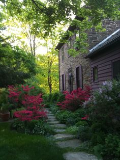 what are these red flowers? Bucks County stone farmhouse ~ what are these red flowers? Saltbox Houses, Old Farm Houses, Love Garden, Garden In The Woods, Colonial Garden, Colonial Exterior, Stone House Revival, Beautiful Gardens, Beautiful Homes