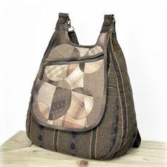 """요즘 베낭이 대세죠? 오래전 베낭을 조금 고쳐서 더 이쁘게 만들었죠? ^_^ """" 요베낭은 숄더로도 가능한 가방이랍니다. 뚜껑에도 주머니 뒷판에도 주머니 앞판에도 주머니 너무 편한 가방이예요. 퀼트,퀼트가방,퀼트패키지,퀼트베낭"""