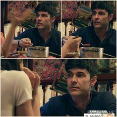 Julia le cocina a Tomas mientras estan en el motorhome y Tomas no deja de mirarla de lo linda que se ve recien bañada
