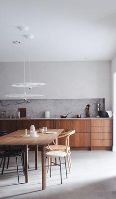 Warm bamboo and custom made kitchen Kitchen Backsplash, Home Interior Design, Bamboo, Kitchens, Dining Table, Interiors, Warm, Studio, House