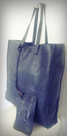 ART.75 Borsa shopper di pelle, dotata anche di borsellino, tinta in capo. Disponibile in giallo, grigio chiaro, grigio scuro, mastice, nero, blu jeans, rosso e cuoio. Misure: 42x36x9   ART.75 Shopper leather bag, with purse. Available in yellow, light gray, dark gray, mastice, black, blue jeans, red and buff. Measures: 42x36x9