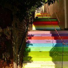 Wuppertal, Germania  Sui 112 scalini dipinti dall'artista Horst Glasker, oltre ad un alternarsi di colori arcobaleno, sono state stampate parole che descrivono i sentimenti e le relazioni umane: amore, passione, panico, bontà, ecc.
