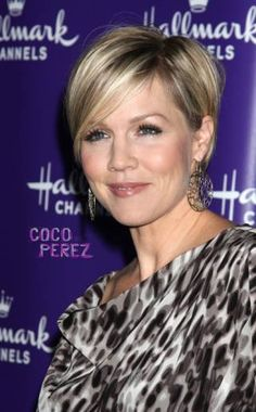 jennie garth News and Photos Short Cropped Hair, Short Sassy Hair, Short Thin Hair, Short Brown Hair, Medium Short Hair, Short Hair Cuts, New Hair Do, Great Hair, Mom Hairstyles