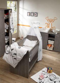 Een bijeen passende set met bedje, kast en commode in grijs berkmotief brengt rust in de kamer. Voeg zelf een thema toe, zoals in deze kamer voor kleine fans van Teigetje.