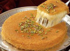 Doce feito em bandeja com queijo, farinha de semolina e aletria (cabelinho de anjo) enfeitado de pistache e regado por uma calda doce fei...