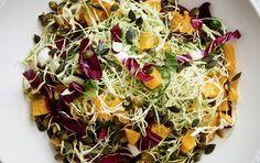 Nem og lækker salat med spidskål og appelsin. God til frokost, nem aftensmad eller som tilbehør til kød eller fisk.