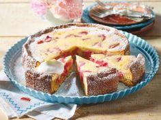 Saftiger Rhabarber-Quarkkuchen Rezept: Butter,Zucker,Eigelb,Haferflocken,Mandeln,Mehl,Rhabarber,Magerquark,Vanillin-Zucker,Milch,Schlagsahne,Bestäuben