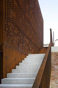 Vista exterior de las escaleras, detalle. Imagen cortesía de Scuola Grande Della Misericordia di Venezia.