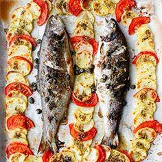 Pstrąg pieczony z plasterkami ziemniaków i pomidorem