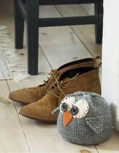 Uglen er et elsket motiv, og vi giver dig en sød og sjove idé, du nemt selv kan lave. Crochet Home Decor, Diy Crochet, Crochet Pattern, Knitting For Kids, Free Knitting, Baby Knitting, Knitting Stiches, Yarn Inspiration, Stuffed Animal Patterns