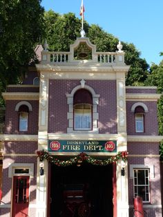 Disneyland Firehouse No. 105 decorated for Christmas | Shared by LION