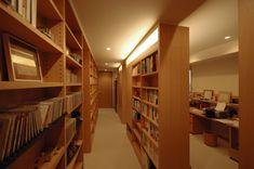 木目の書棚が数多くありますね。まるで自宅図書館のようなインテリア感覚です。とても快適な空間に感じます。歩いて、いろいろ見たくなるような、立ち止まって読んでしまいそうなスペースは、自分の世界に吸い込まれてしまいます。お部屋にこういった夢中になれる書斎があると、ついついいつまでも居たくなるような感じが伝わってきますね。建築家:各務謙司「白金台S邸」
