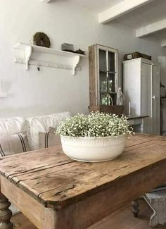 a large bowl of flowers on the kitchen table We want to . - Diy Baby Deko - a large bowl of flowers on the kitchen table We want to … - Cocina Shabby Chic, Shabby Chic Kitchen, Retro Home Decor, Diy Home Decor, Decor Room, Decor Crafts, Farmhouse Table, Farmhouse Decor, Farmhouse Lighting