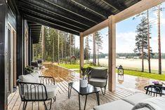Black log home into a rural setting - Honka Log Cabin Furniture, Rustic Wood Furniture, Western Furniture, Furniture Design, Rustic Cabin Decor, Lodge Decor, Rustic Cabins, Log Cabins, Log Home Interiors