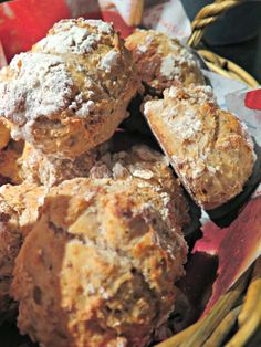 Ruokapankki: Rapeat vaivaamattomat sämpylät Baked Goods, Banana Bread, French Toast, Recipies, Muffin, Food And Drink, Pork, Meat, Baking