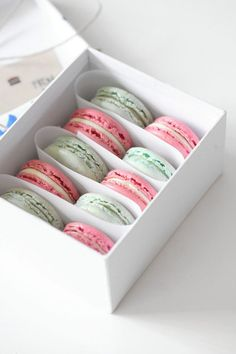 Mint and Strawberry Champagne-Rhubarb Macaron Macaron Packaging, Dessert Packaging, Food Packaging, Macaroon Box, Macaron Template, Macaron Cookies, Fun Cookies, Cake Cookies, Strawberry Champagne