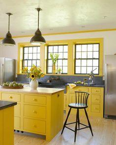 Cuisine jaune soutenu aux touches déco en gris foncé