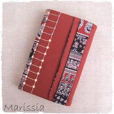 Protège livre grand format rouge fait main en tissu : Autres sacs par marissia
