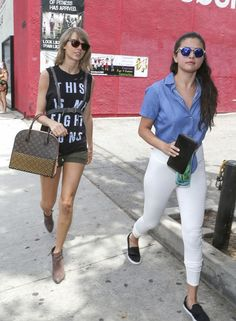 Taylor Swift & Selena Gomez Grab Girls' Lunch: Photo Taylor Swift rocks a Rachel Platten Estilo Taylor Swift, Selena And Taylor, Taylor Swift New, Taylor Swift Style, Rachel Platten, Selena Gomez Style, T Shirt And Shorts, Green Suede, Girl Day