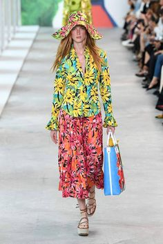 Michael Kors Collection Spring 2019 Ready-to-Wear Fashion Show Collection: See the complete Michael Kors Collection Spring 2019 Ready-to-Wear collection. Look 1 Women's Runway Fashion, Spring Fashion Trends, 90s Fashion, Fashion Addict, Fashion Outfits, Womens Fashion, Couture Fashion, Floral Fashion, Fashion Prints
