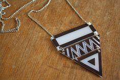 Collier géométrique en plastique fou, rayures et motifs aztèques sont présents partout !