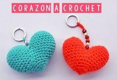 Corazón amigurumi a crochet Crochet Diy, Fairy Dolls, Crochet Earrings, Patches, Crochet Patterns, Free, Christmas, Diy And Crafts, Baby Dolls