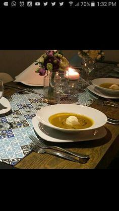 Yunik helado de queso de cabra servido en sopa de tomate