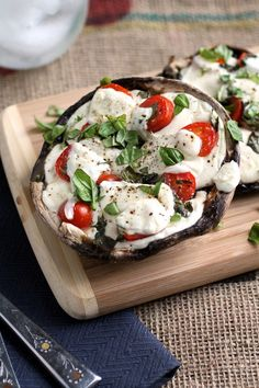 Easy portobello mushroom pizzas are the perfect healthy twist on traditional pizza! Load up a hearty portobello with your favorite pizza toppings. Plus, a trick to help you keep the mushrooms from getting soggy! Portabello Mushroom Pizza, Stuffed Portabello Mushrooms, Portabella Pizza, Vegetarian Recipes, Cooking Recipes, Healthy Recipes, Skinny Recipes, Pizza Recipes, Vegetarian Barbecue