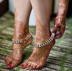 Explore latest Mehndi Designs images in 2019 on Happy Shappy. Mehendi design is also known as the heena design or henna patterns worldwide. We are here with the best mehndi designs images from worldwide. Payal Designs Silver, Silver Payal, Silver Anklets, Silver Heels, Leg Mehndi, Legs Mehndi Design, Mehendi, Henna Mehndi, Henna Ink