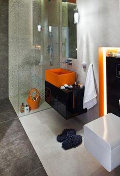 idées pour petite salle de bain avec des accents en noir et orange