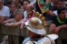 Corteo storico dell'Assunta 2008. Comparsa della Contrada della Torre:  il Duce. Foto tratta dal sito http://palio.be/
