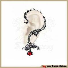 Et spesielt ørepynt med stikk (du må ha hull i øret) og som legges opp og rundt øret som på bildet. Passer til et helt normalt hull i øreflippen, det er en standard stikk-pinne i rustfritt stål som går gjennom selve øret. Passer til venstre øre. Materiale:Antikkbehandlet støpetinn og Swarovski-krystall. Selve stikket er i rustfritt stål. Mål: ca 65x40mm. Obs at dette er et enkelt smykke.