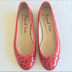 Original French Sole by Jane Winkworth - 7 / 37.5 RED PATENT CROCODILE EFFECT LEATHER WITH RED TRIM BALLET FLAT STYLE: HENRIETTA SIZE: 7 US / 37.5 EURO / 4.5 UK  CONDITION: Gently worn / excellent conditionORIGINAL PRICE: $173. USD (£120. GBP)  DESCRIPTION Suits a narrow to medium width fitting and has an elegant low vamp, which reveals a little toe cleavage, and has a quarter inch heel. It is generous in length and is a well-balanced elegant ballet flat wardrobe essential.  This style has a…
