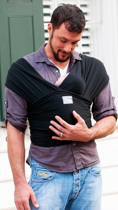 moby wrap babywearing dad with eeny weeny beeb. Happy Baby Wrap, Baby Wearing Wrap, Papa Baby, Baby Wrap Carrier, Best Baby Shower Gifts, Baby Wraps, Organic Baby, Cool Baby Stuff, Baby Gear