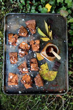 Ingrédients pour 6 personnes 75g de chocolat blanc pâtissier 75g de chocolat noir pâtissier 5 càs de crème de caramel au beurre salé lacourdorgeres 3 œufs 100 g de sucre 100 g de beurre 2 c...