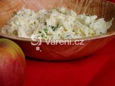 Lehký dietní salát se sýrem, jablkem a kysanou smetanou. Tu můžeme nahradit jogurtem!