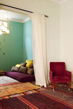 Con estas cortinas conseguimos crear una zona 'chill out' y un salón.