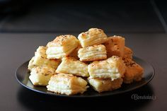 Syrové pagáče Czech Recipes, Ethnic Recipes, Naan Flatbread, Simply Recipes, Rolls Recipe, Cauliflower, Macaroni And Cheese, Food And Drink, Appetizers