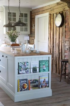 Looking for some great ideas to develop a shabby chic theme inside your new kitchen? Shabby Chic kitchen style has its own origins in traditional English and Rustic Chic Kitchen, Shabby Chic Kitchen Decor, Diy Kitchen, Kitchen Ideas, Rustic Decor, Kitchen Dresser, Eclectic Kitchen, Decorating Kitchen, Kitchen Furniture