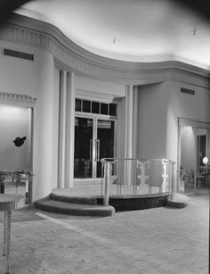 Saks Fifth Avenue - Beverly Hills (#03), in 1940.  Architect:  Paul Revere Williams.  Love old architecture like this