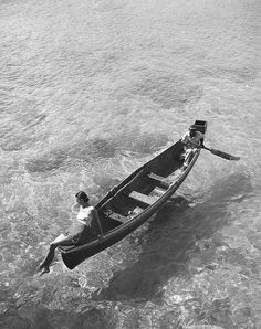 Fashion model on edge of boat, man rowing, Montego Bay, Jamaica. published in Harper's Bazaar, Nov. 1946 by Toni Frissell Vintage Photography, Fashion Photography, Art Photography, Alfred Stieglitz, Portraits, Montego Bay, Negril, Painting Edges, Vintage Vogue