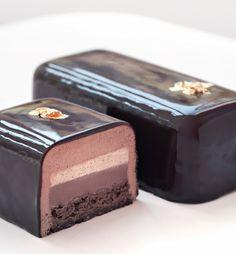 """Noël 2013 - Bûche chocolat - Philippe Conticini - La Pâtisserie des Rêves. Biscuit au chocolat doux, """"craquounet"""" au chocolat, ganache fondante au chocolat, mousse aux deux chocolats (noir à 60% et lait à 40%) et note de vanille à coeur. A partir de 60€ pour 5 à 6 personnes."""